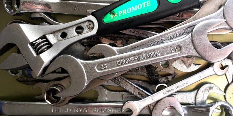 たくさんの工具が入った工具箱
