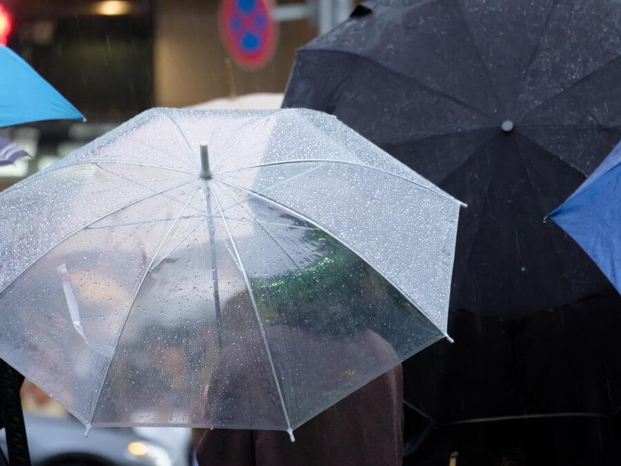 雨の中傘をさす人