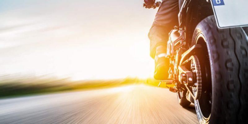 スピードを出して走るバイク